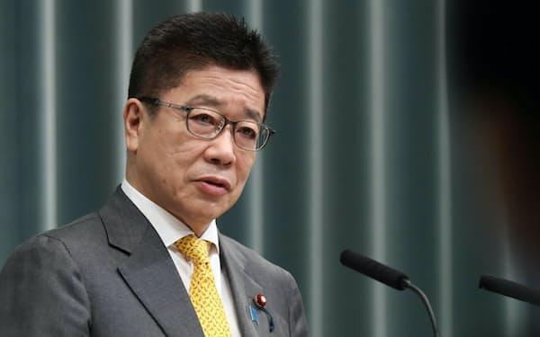 記者会見する加藤官房長官(27日午前、首相官邸)