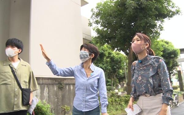 増田さん㊥は学生と下町情緒の残る街を歩き、防災関連施設を見学した(東京都墨田区)=BSテレビ東京提供