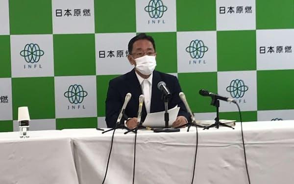 記者会見する日本原燃の増田尚宏社長(27日、青森市)