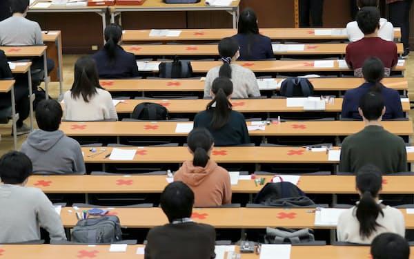 大学で理工系を目指す女性はまだ少ない(大学入学共通テストに臨む受験生)