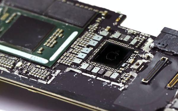 電子機器に不可欠な半導体は複雑な供給網を経て作られる(アップルのタブレット端末「iPad Pro」のメイン基板)