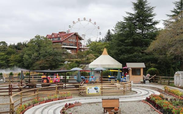 旧みさき公園から受け継いだ観覧車(中央奥)や牧場アトラクション(手前)を導入し、園の魅力を高めた