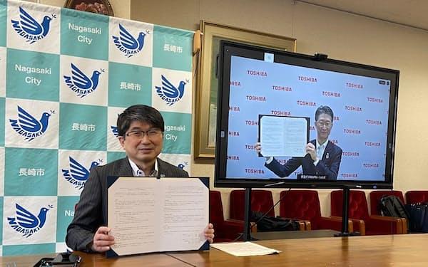 電子契約システムに関する連携協定を結んだ田上市長(左)と東芝デジタルソリューションズの島田太郎社長