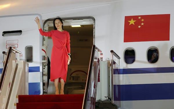 中国・深圳の国際空港に到着し、手を振る孟晩舟氏(25日)=ロイター