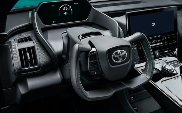 トヨタが22年半ばまでに発売予定のEV「bZ4X」。異形ハンドルを採用することで「広々としたスペースの演出にも寄与する」(同社)とする(出所:トヨタ自動車)
