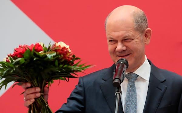 社民党のショルツ氏が首相になれるかは連立交渉次第だ(27日、ベルリン)=ロイター