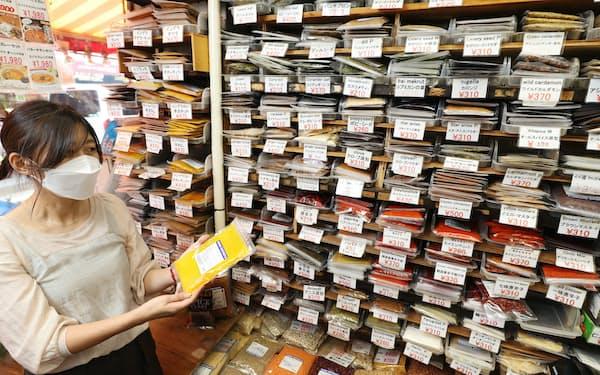 さまざまなスパイスが並ぶ「大津屋商店」の店頭(東京都台東区)=鈴木健撮影
