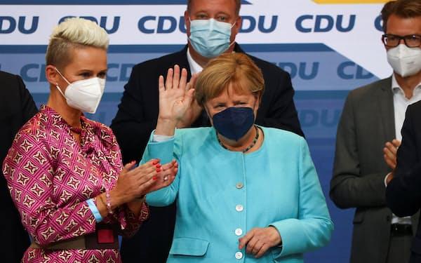 ドイツ連邦議会選の出口調査結果が出た後、ベルリンのCDU党本部で手を振るメルケル首相(26日)=ロイター
