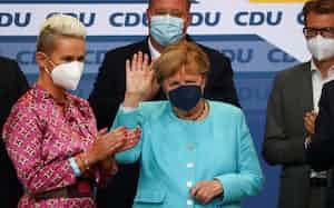 ドイツ連邦議会選の出口調査結果が出た後、ベルリンのCDU党本部で手を振るメルケル首相=26日(ロイター=共同)