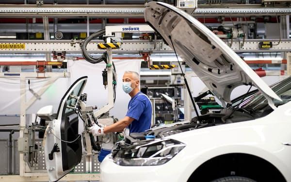 ワクチン接種の拡大で景気回復が先行した欧米では自動車向けのアルミ需要が堅調だ(ドイツの自動車組み立て工場)=ロイター