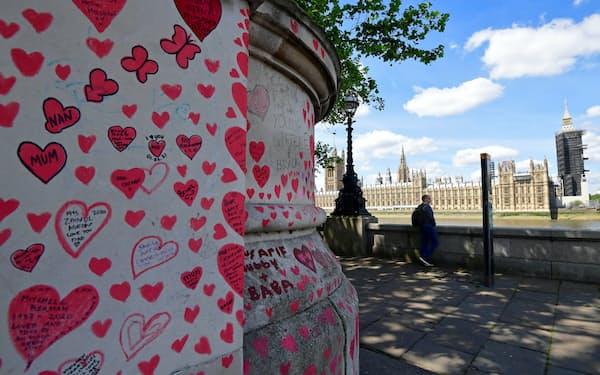 新型コロナで亡くなった人々を悼む「追悼の壁」(英ロンドンのテムズ川沿い)=ロイター