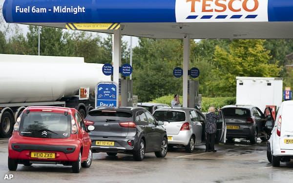 ガソリンスタンドには長蛇の列ができた(27日、マンチェスター)=AP