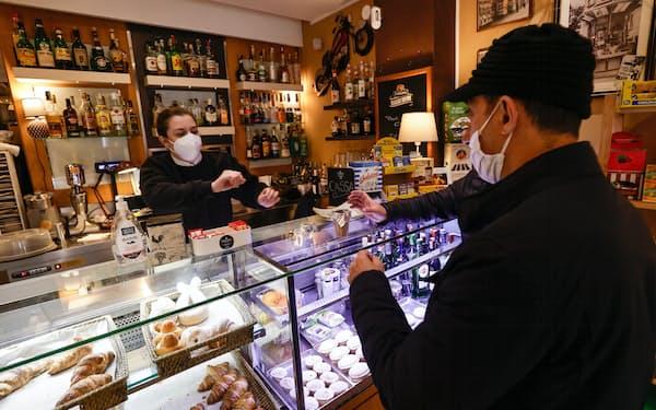 ナポリのコーヒーショップ。ガス主体のイタリアでは光熱費の上昇による家計や中小企業への影響が深刻だ=ロイター