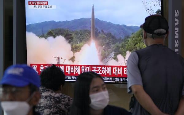 北朝鮮のミサイル発射を報じる韓国の放送局(28日、ソウル駅)=AP