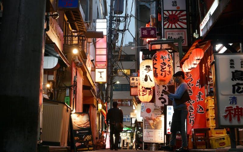 閑散としたJR新橋駅近くの飲食店街(9日、東京都港区)