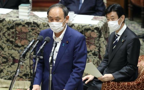 衆院議運委で緊急事態宣言の全面解除について報告する菅首相。右は西村経財相(28日)