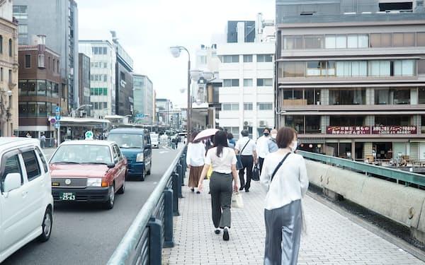 京都・四条大橋付近の人出は少しずつ戻りつつある(28日)