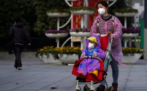 中国当局は低迷する出生率を向上させようと懸命だ=ロイター