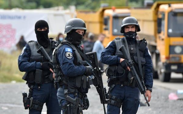 コソボ政府はセルビア系住民の抗議活動を抑えるため、北部国境地帯に警察の特殊部隊を派遣した=ロイター