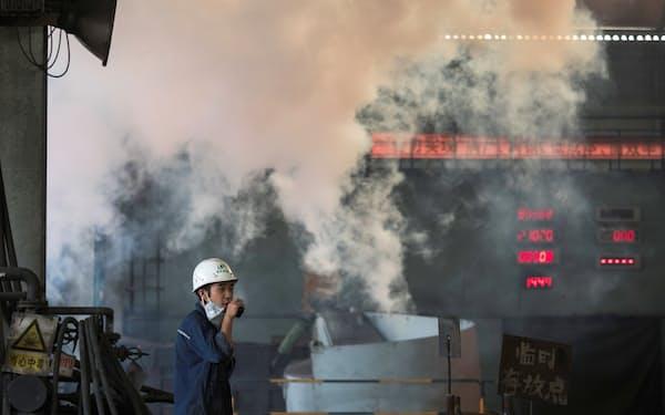 中国政府は二酸化炭素(CO2)排出量の多い高炉に減産を迫り、鉄鉱石価格は下落している=ロイター