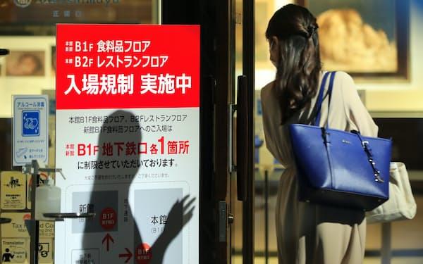 感染が急増した8月から各社は混雑時に入場制限を実施していた(8月、高島屋日本橋店)