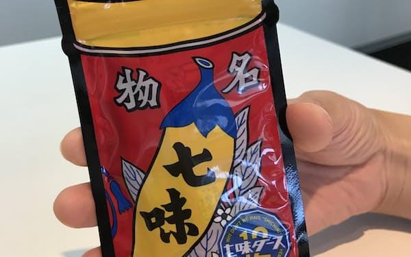 七味ダースは手のひらに収まるコンパクトなパッケージを採用した