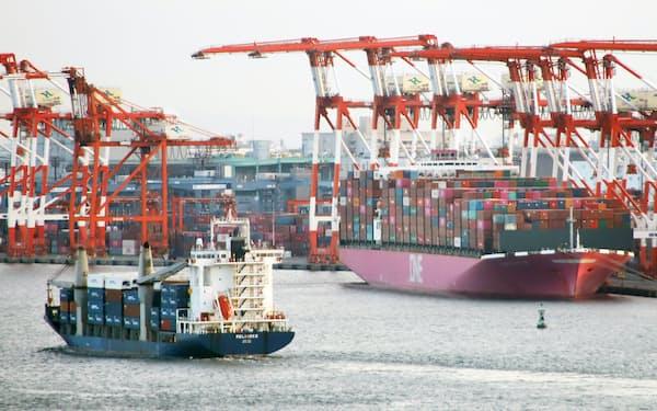多くのコンテナ船が出入りする大井埠頭