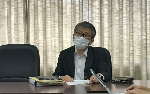 上場承認を発表する、福証の酒井慎一専務理事(28日、福岡市)