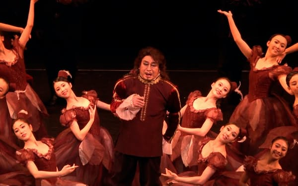 2016年、85歳でオペラ「リゴレット」のマントヴァ公爵を演じた(中央が筆者)