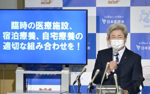 記者会見する日本医師会の中川俊男会長=共同