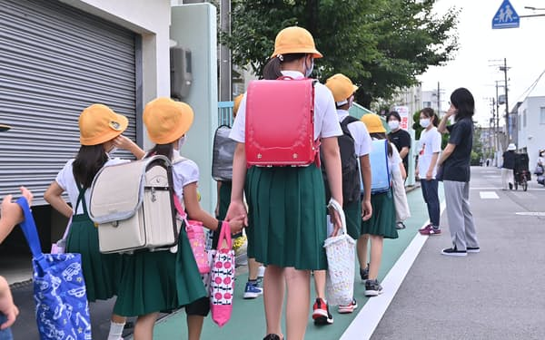 2学期が始まり登校する児童(25日午前、大阪市鶴見区)
