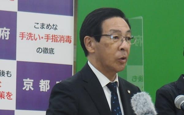 記者会見する西脇隆俊知事(28日、京都市)