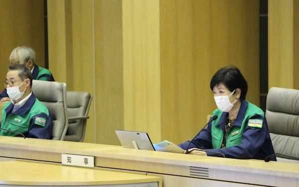 対策本部会議に出席する小池知事㊨