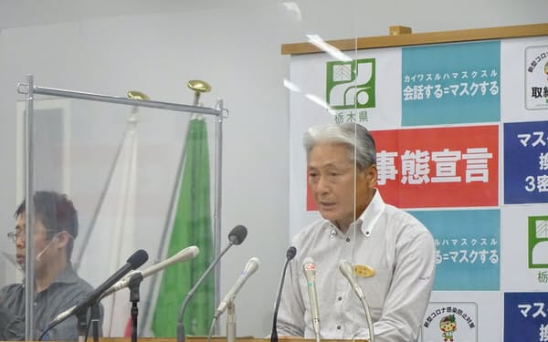 臨時記者会見に臨む栃木県の福田知事(28日、県庁)