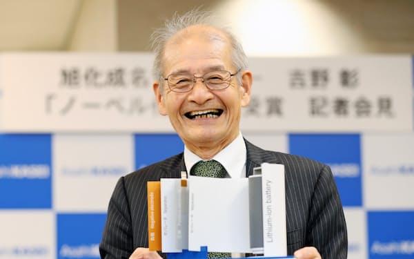 2019年、ノーベル化学賞の受賞発表後、リチウムイオン電池の模型を手にする旭化成の吉野彰名誉フェロー