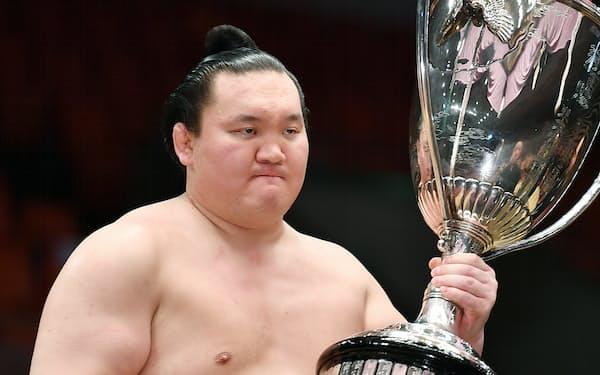 大相撲春場所で優勝し、賜杯を受け取る白鵬(2020年3月、大阪市浪速区)