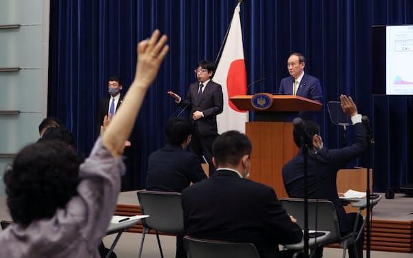 緊急事態宣言と「まん延防止等重点措置」の全面解除について記者会見する菅首相(28日、首相官邸)