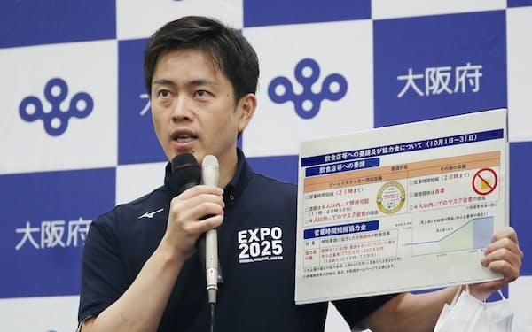 新型コロナ対策本部会議を終え、記者の質問に答える大阪府の吉村知事(28日、大阪市中央区)