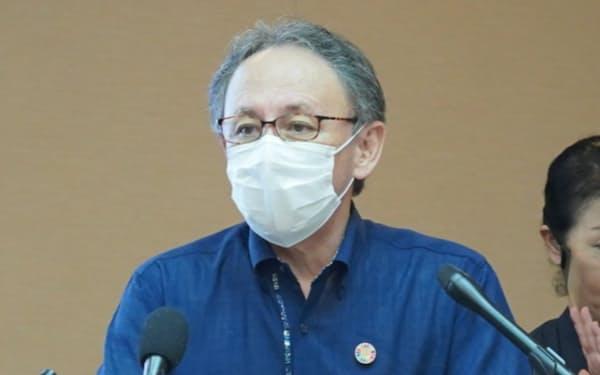 新たなコロナ対策を発表する、沖縄県の玉城デニー知事(28日、県庁)