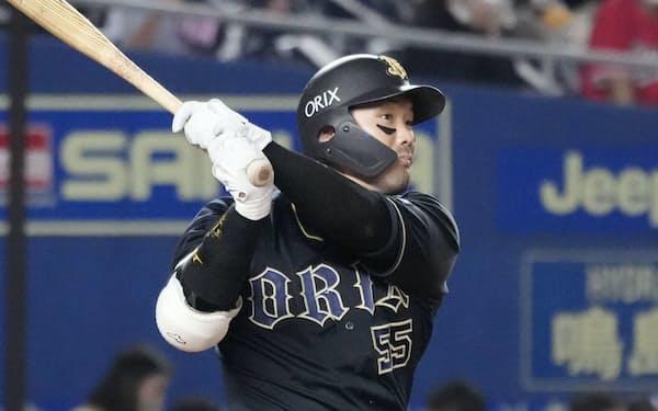 4回オリックス2死一、三塁、T―岡田が右越えに通算200本塁打となる3ランを放つ=ZOZOマリン