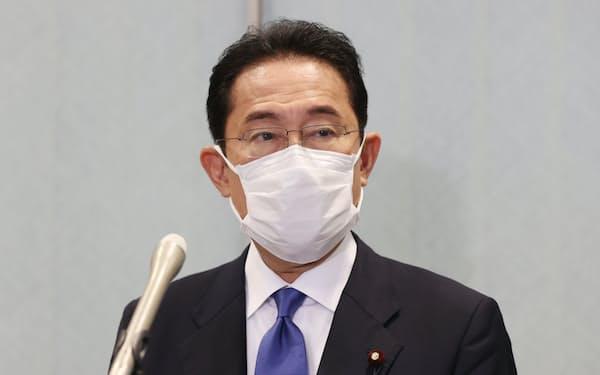 報道陣の質問に答える岸田文雄氏(29日午前、東京都港区)