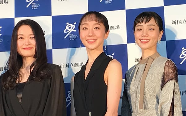 新国立劇場バレエ団の吉田都芸術監督(左)と、オデット/オディールを踊る予定の米沢唯(中)、小野絢子