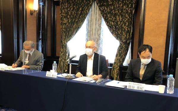 新しい教材について発表するAPRINの記者会見(中央が池田駿介専務理事)
