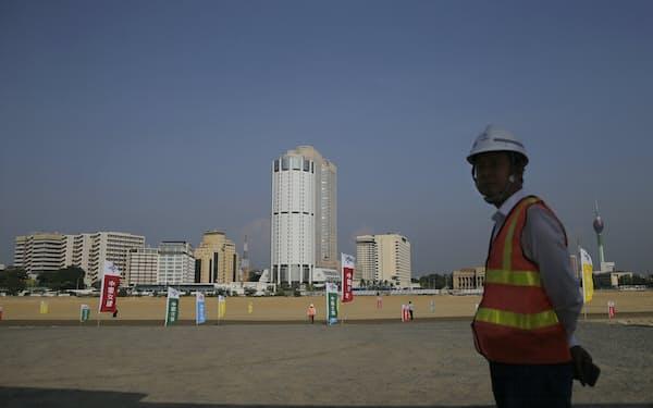一帯一路にからむ開発融資は厳しい返済条件が付けられている(スリランカ・コロンボの港湾施設)=AP