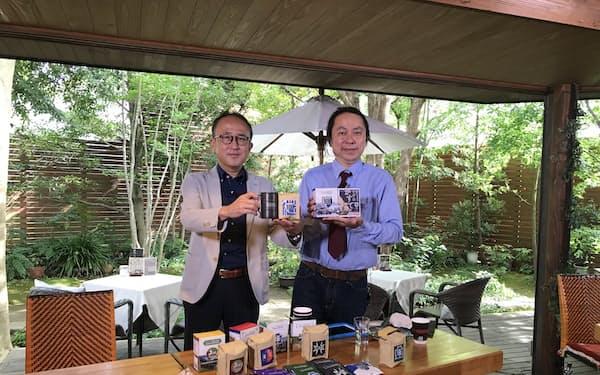 新商品を発表したサザコーヒーHDの鈴木太郎社長㊨とOaraiクリエイティブマネジメントの常盤良彦社長(9月29日、茨城県大洗町)