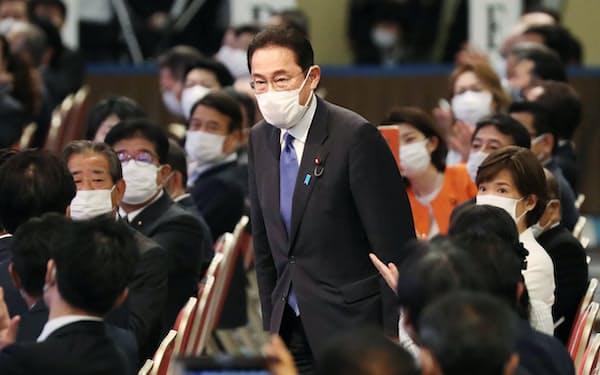 自民党総裁選の決選投票で新総裁に選出され、一礼する岸田文雄氏(29日、東京都港区)