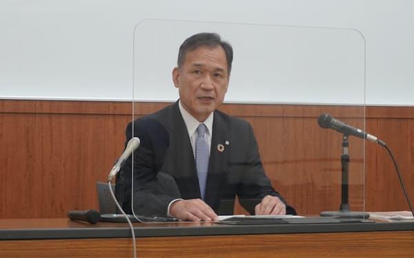 記者会見する加藤頭取(29日、岡山市)