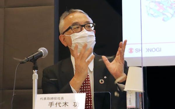 新型コロナの治療薬やワクチンについて説明する塩野義の手代木功社長(29日、東京都内)