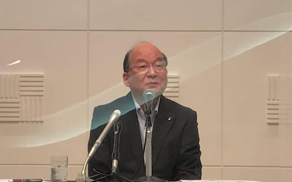 記者会見する九経連の倉富会長(29日、福岡市内)
