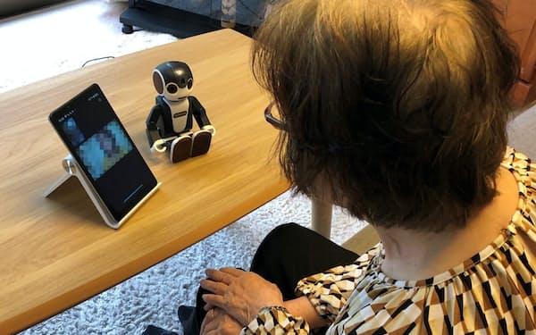 ゆずさんと実家の母親はタブレット越しに日々、コミュニケーションをとっている。傍らには母親が愛用するロボホンが